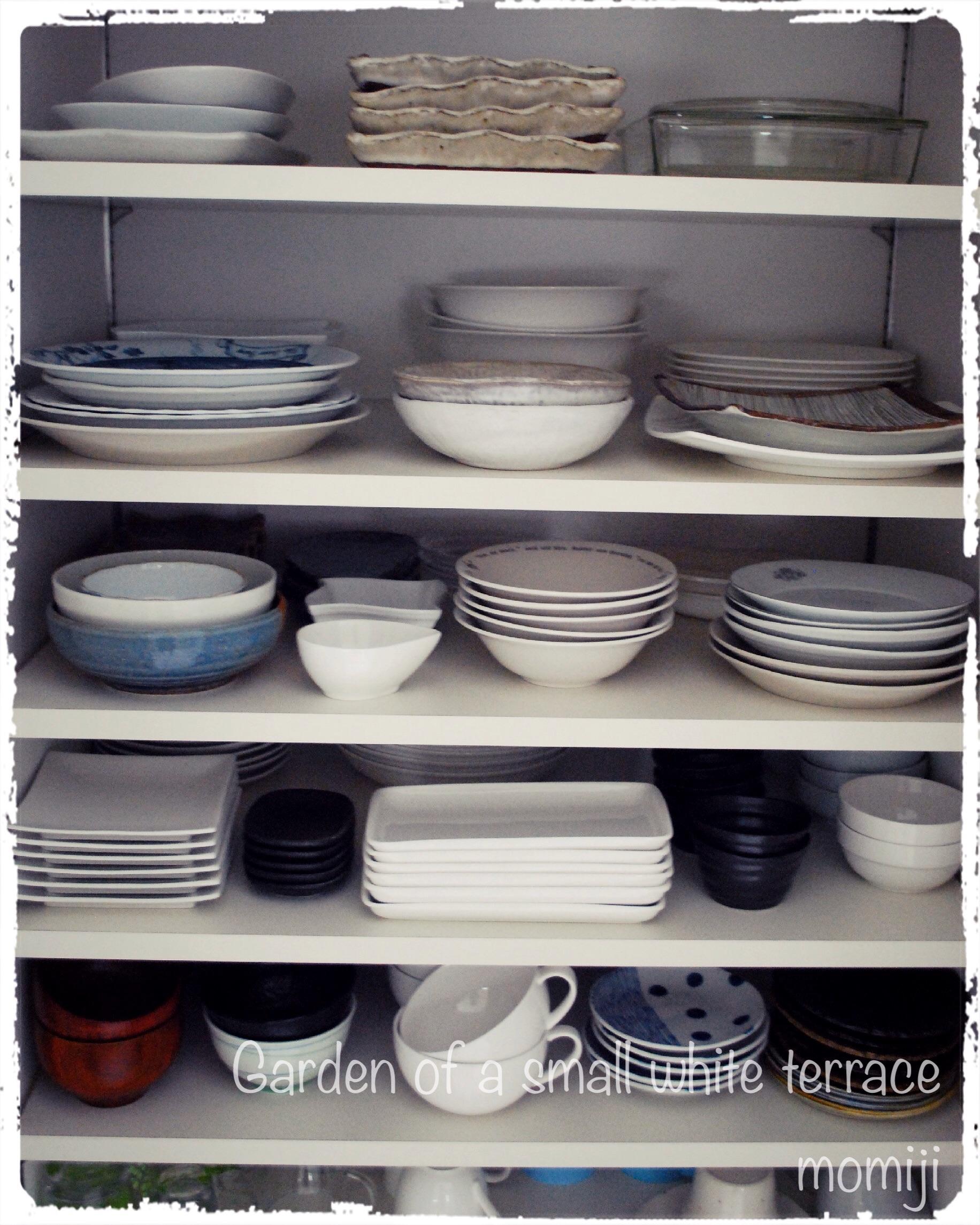 白いキッチン 食器棚