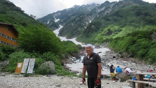 白馬尻小屋にて、白馬大雪渓が背景