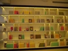 本棚のようなディスプレイ