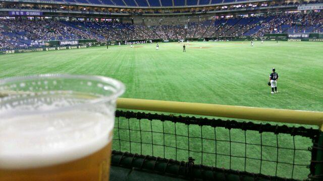 ビール飲みながら野球観戦