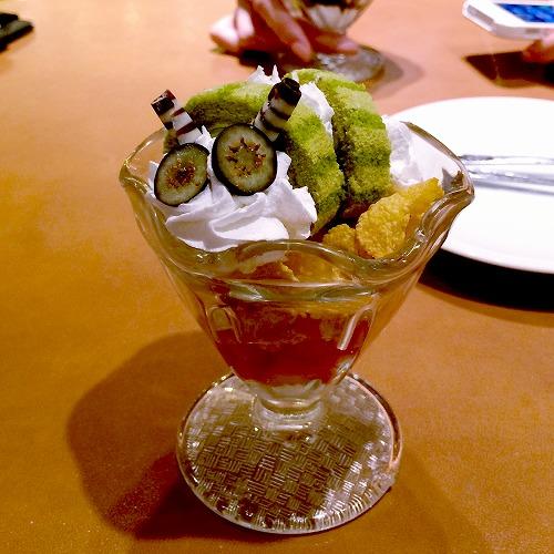 いもむしおじさんの抹茶ロールケーキ ミニパフェ仕立て01@魔法の国のアリス 2015年06月