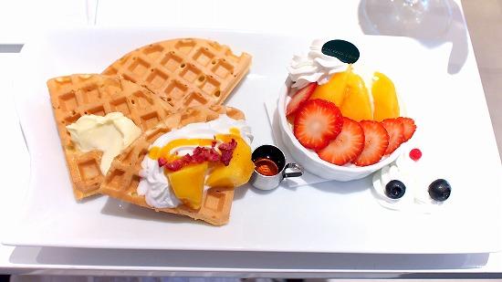 夏いちご&国産アップルマンゴーと苺ブラマンジェのワッフル01@FOURSEASONS CAFE
