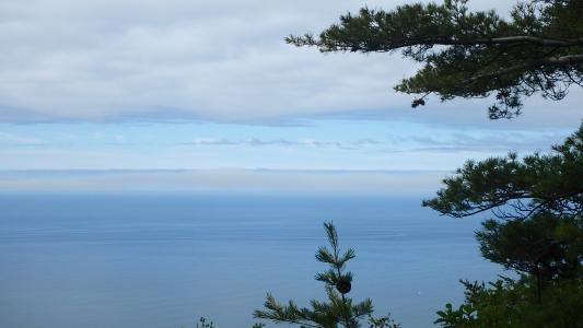 遠くに駒ケ岳が見える