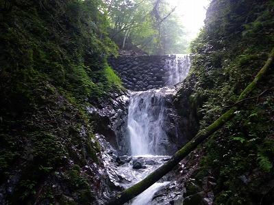 堰堤下の滝