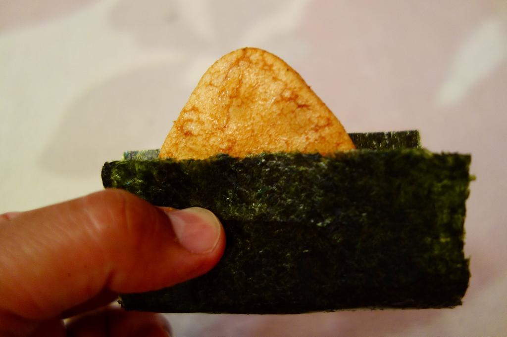 おにぎりせんべいに海苔を巻いて食べると旨いよ!
