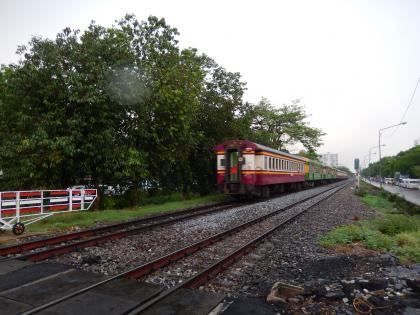 バンコク2015.2鉄道踏切列車通過
