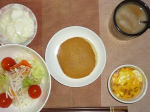 パンケーキ(塩キャラメル入り)サラダ(キャベツ、大根、レタス、トマト),鶏ひき肉と玉葱のココット,オリゴ糖入りヨーグルト,コーヒー