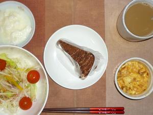 チョコレートケーキ,サラダ(キャベツ、レタス、大根、トマト),玉葱入りスクランブルエッグ,オリゴ糖入りヨーグルト,コーヒー