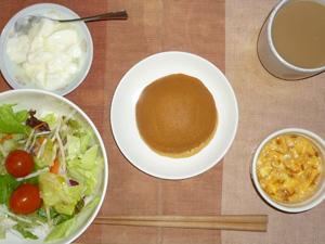 パンケーキ(塩キャラメル),サラダ(キャベツ、レタス、大根、トマト)玉葱入りスクランブルエッグ,オリゴ糖入りヨーグルト,コーヒー