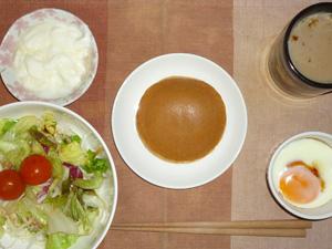 パンケーキ(塩キャラメル),サラダ(キャベツ、レタス、トマト),目玉焼き,オリゴ糖入りヨーグルト,コーヒー