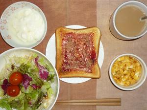 ブルーベリージャムトースト,サラダ(キャベツ,レタス、玉葱、トマト)玉葱入りスクランブルエッグ,オリゴ糖入りヨーグルト,コーヒー