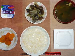 玄米粥,納豆,人参の煮物,茄子とキャベツの甘酢漬け,ワカメとほうれん草のおみそ汁,ヨーグルト