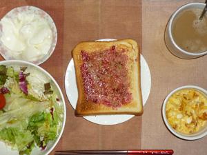 ブルーベリージャムトースト,サラダ(キャベツ、レタス、トマト),玉葱入りスクランブルエッグ,オリゴ糖入りヨーグルト,コーヒー