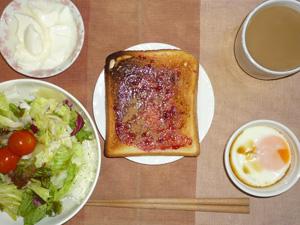 ブルーベリージャムトースト,サラダ(キャベツ、レタス、トマト),目玉焼き,オリゴ糖入りヨーグルト,コーヒー