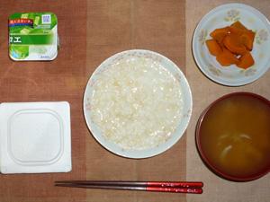 玄米粥,納豆,人参の煮物,玉葱ともやしのおみそ汁,ヨーグルト