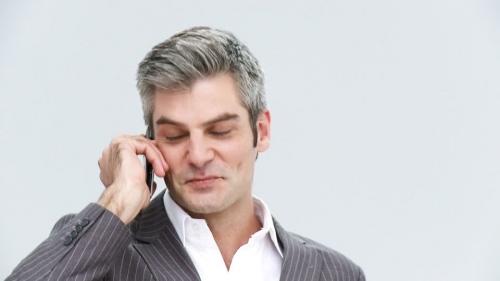 819826649-上司-親切-携帯電話-会社員