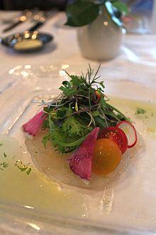 北海道産鮎魚女のマリネをカルパッチョにして彩り野菜と共に、香草とレモンのヴィネグレットで