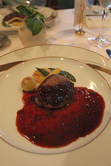 大自然で育くまれたオーストラリア産牛フィレ肉を北海道産ハスカップの赤ワイン煮込みを加えたポルト酒のソースと