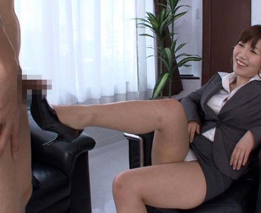 生意気なOLや女子校生に小便をかけられ靴コキで責められるの脚フェチDVD画像1