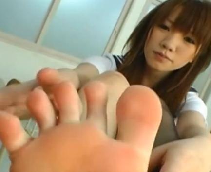 足フェチ男に足指や足裏をしゃぶられ絶頂してしまう女子校生の脚フェチDVD画像2