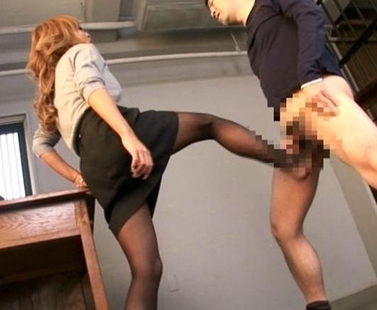 ドエスなギャルがペ●スを蹴って擦って足責め足コキプレイの脚フェチDVD画像2