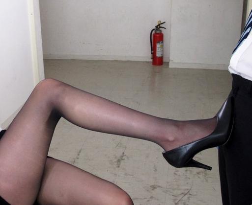 若いチ●ポが大好きなエロ女教師が黒パンストで足コキ責めの脚フェチDVD画像5