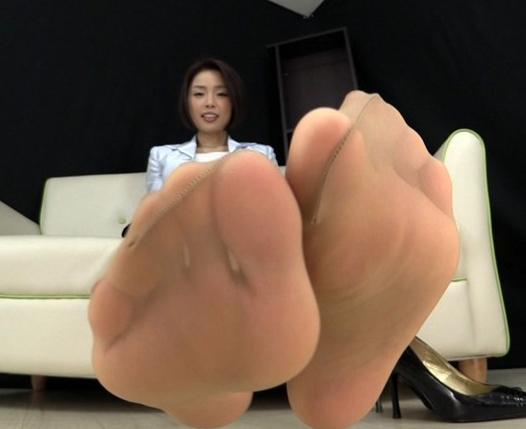 ハイヒールを脱ぎたてで蒸れて湿ったパンストの足裏で足コキの脚フェチDVD画像1