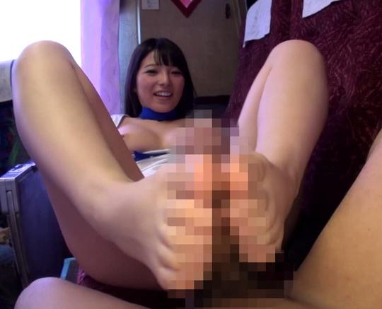 上原亜衣ちゃんが素人の肉棒をムッチリ美脚で足コキ抜きの脚フェチDVD画像1