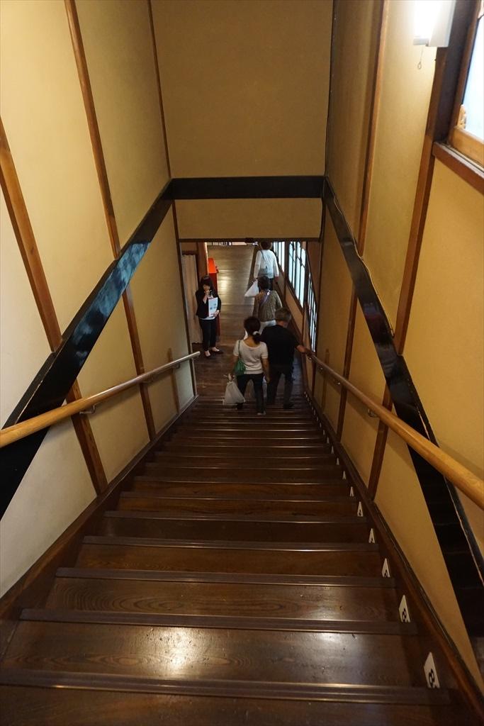 百段階段の窓や階段・天井_1