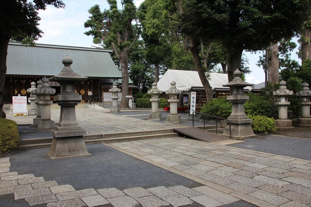 拝殿と石灯籠_1