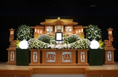 白のカーネとトルコの入った花祭壇「想」2991