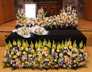 明るい色のキリスト花祭壇0988