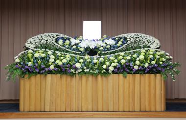 グリーンとブルーの爽やかな花祭壇1713