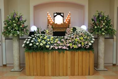 淡い優しい色合いの花祭壇1487