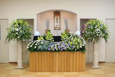 紫と黄色と水色の爽やかな花祭壇2138