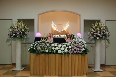 マムが印象的な洋室家族葬の花祭壇
