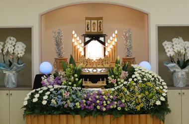 紫スイートピーと黄色のメリア洋室花祭壇1490