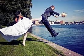 海外おもしろ結婚式画像_花嫁キック