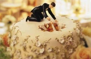 海外おもしろ結婚式画像_落とし穴ケーキトッパー