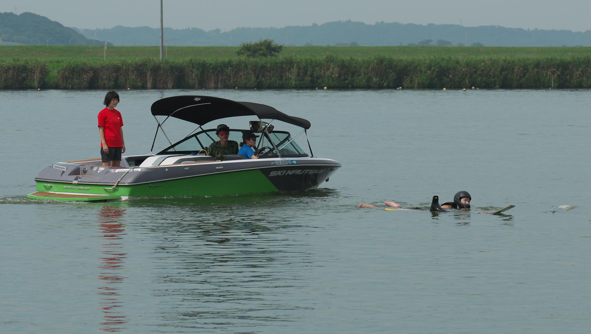ジャンプ練習終了、泳いで岸まで