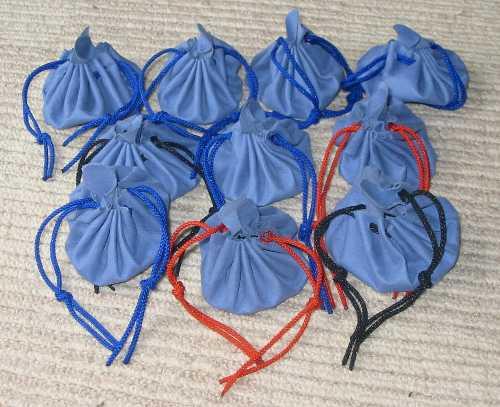 一枚革で作る巾着袋です。 夏休みの自由制作、学校のバザー、お守りや石を入れて首から提げるメディスンバッグ。 こんなのはいかがでしょうか?