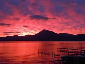 茜空と支笏湖