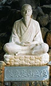 美泉定山の像
