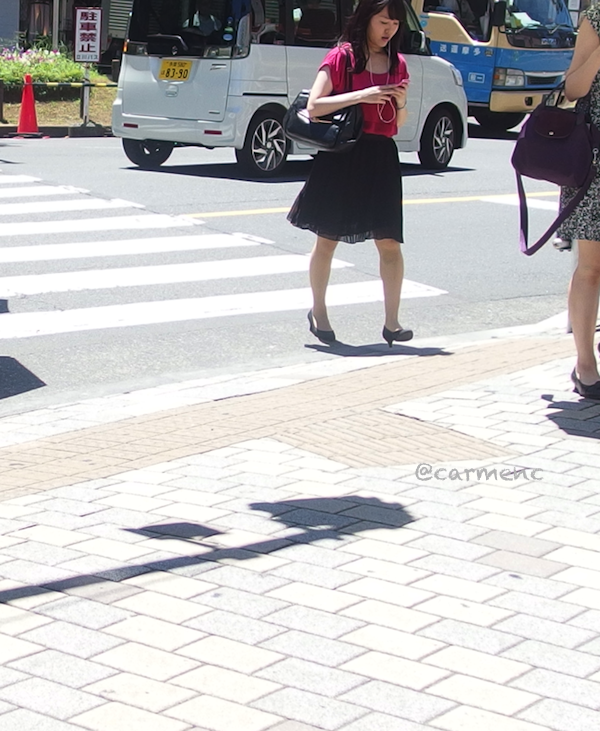 駅前横断歩道ピンクの女性