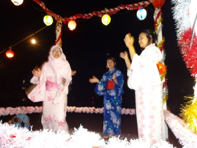 多くの留学生が踊りの輪と舞台にも