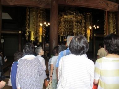 座禅堂で本格的な座禅を体験